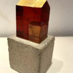 Maison ambre /verre, béton et feuille d'or H16 L8cm