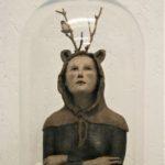 Petit esprit de la forêt à la peau d'ours /faïence et bois /sous cloche 31x17cm
